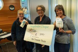 Karin Smits, ritueelbegeleider, overhandigt cheque €750,=.